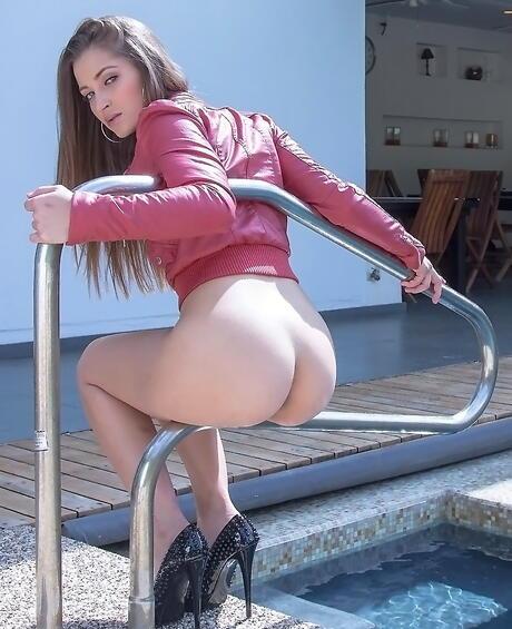 Big Butt in Pool Porn